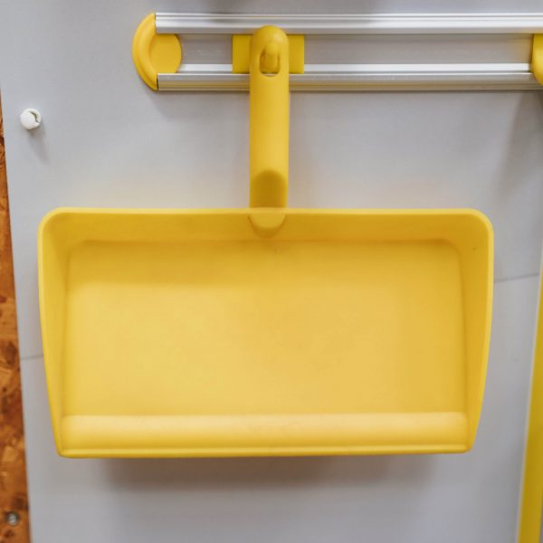 Floor sweeping cleaning station dustpan